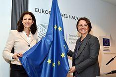 Staatsministerin Annette Widmann-Mauz undKatja Leikert mit Europa-Flagge